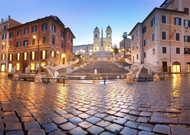 Spanische schritte und ein brunnen auf piazza di spagna in rom, italien