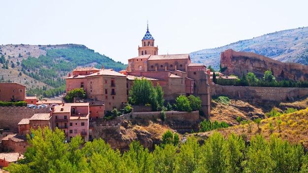 Spanische stadt im sommer albarracin