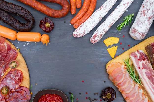 Spanische tapas mit pancetta, salami, chorizo, lomo, jamon mit red hol salsa sauce und oliven