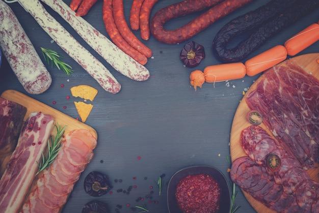 Spanische tapas mit salami, chorizo, lomo, jamon mit red hol salsa sauce und oliven, picknicktisch