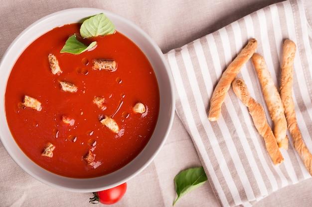 Spanische tomaten-gazpacho-suppe
