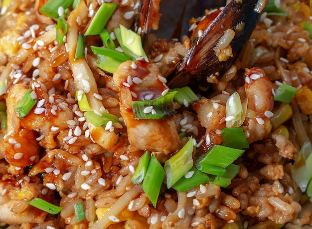 Spanische traditionelle küche: heiße paella mit meeresfrüchten