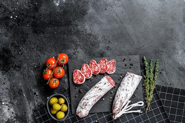 Spanische trockene salami-wurst fuet. draufsicht.