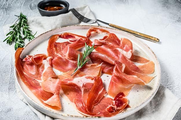 Spanischer jamon serrano, schinken. antipasti-platte., draufsicht