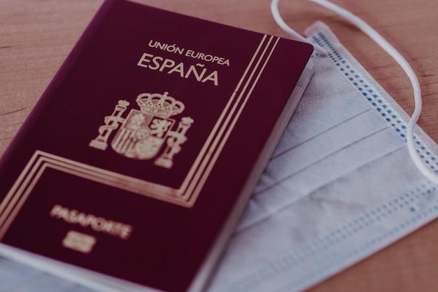 Spanischer pass- und gesichtsmaskenschutz. unfähigkeit, um die welt zu reisen