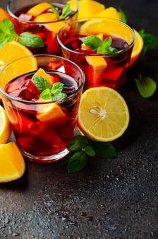 Spanischer sangria-cocktail und zutaten