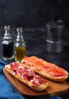 Spanischer tomaten-schinken-toast, traditionelles frühstück oder mittagessen