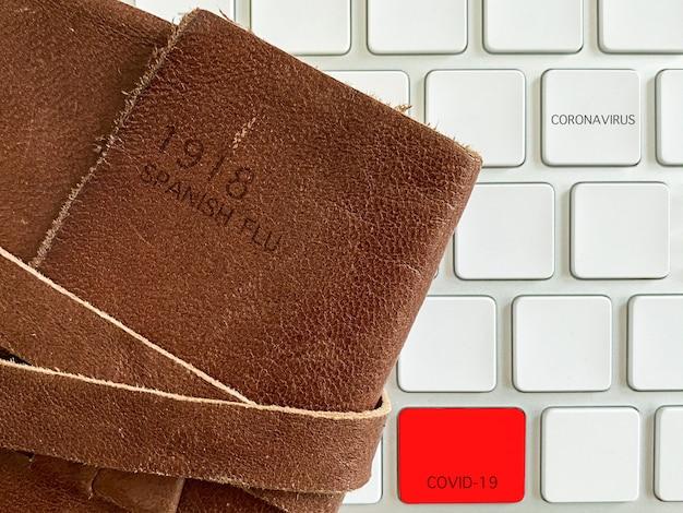 Spanisches grippeheft mit digitaler tastatur des coronavirus