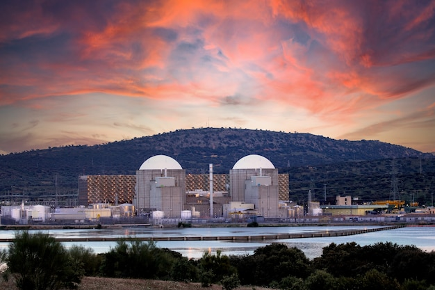 Spanisches kernkraftwerk neben einem fluss mit einem atemberaubenden himmel im hintergrund