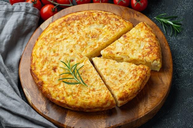 Spanisches omelett mit kartoffeln und zwiebeln