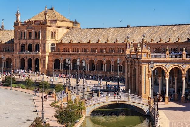 Spanisches quadratisches plaza de espana in sevilla an einem schönen sommertag, spanien.