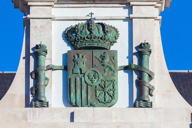 Spanisches wappen (spanien) aus rostiger bronze auf stein geschmiedet