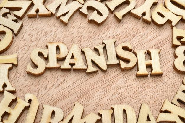 Spanisches wort mit holzbuchstaben gemacht