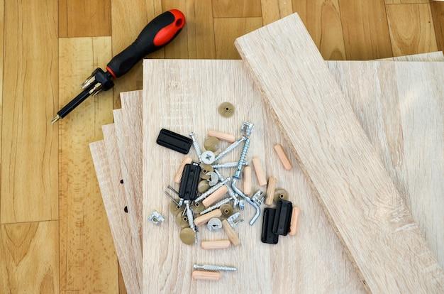 Spanplatten und vorrichtungen für die montage von schrankmöbeln. selbstmontage von möbeln zu hause