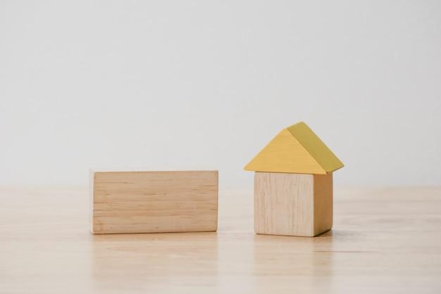 Sparen sie geld für investitionshypothekenkonzept durch holzblockhaus