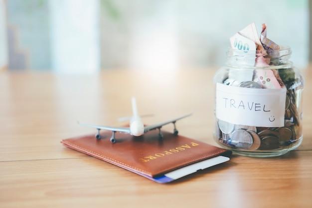 Sparen sie geld für reisen. finanziell und sparen sie geldkonzept.