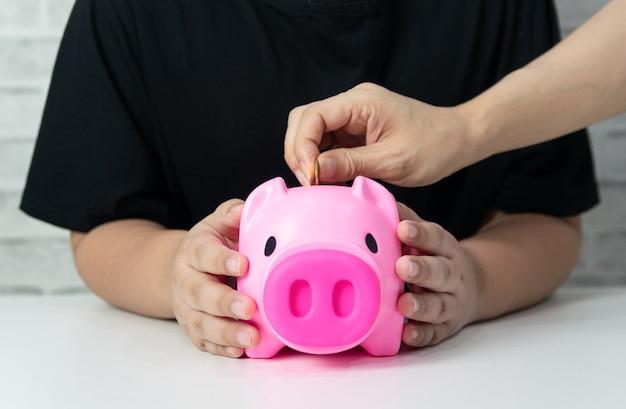 Sparen sie geld geschäftskonzept geld sparschwein kind und erwachsene