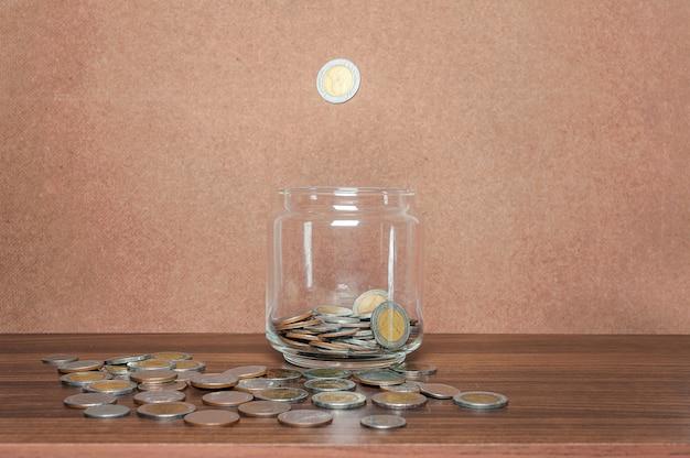 Sparen sie geld und bankkonto für finanzgeschäftskonzept