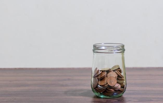 Sparen sie geld und kontobanking für das finanzkonzept, münzen stapeln sich in der flasche auf unscharfem hintergrund