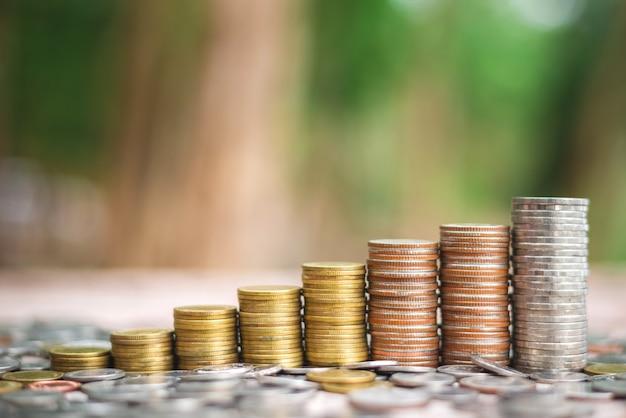 Sparen sie geldkonzept mit wachsendem geschäft des münzenstapels