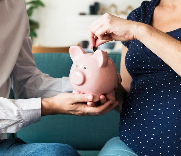 Sparendes geld der familie im sparschwein