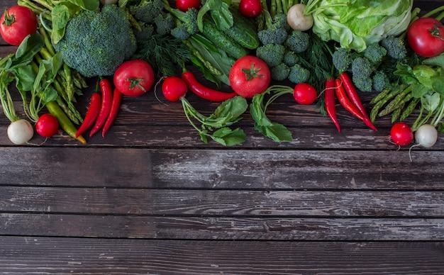 Spargel, brokkoli, chili, tomaten, radieschen und dill - gemüse hintergrund