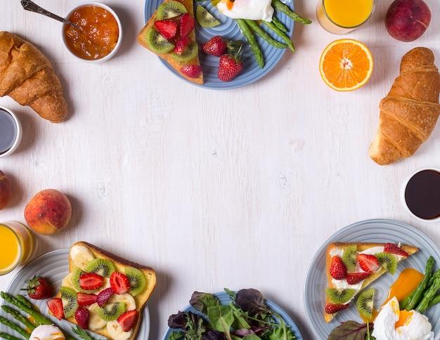 Spargel mit pochierten eiern und toast mit früchten