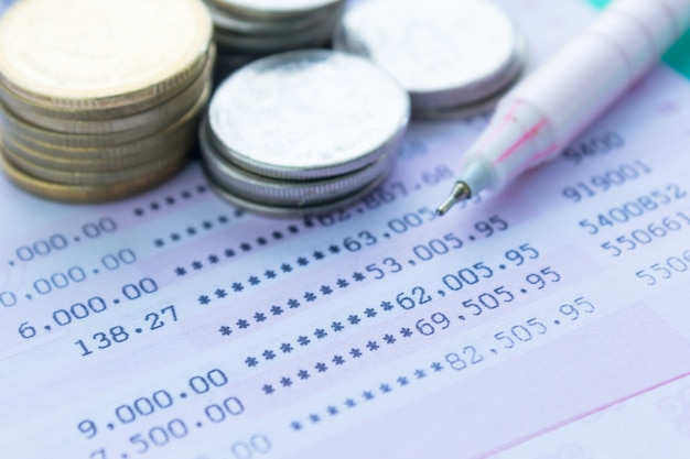 Sparkontobuch mit thailändischem geld