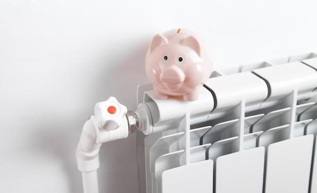 Sparschwein am heizkörper. energie sparen