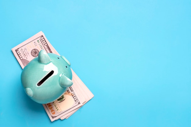 Sparschwein, dollar banknote auf blauem hintergrund kaufen, verkaufen, investieren, bankwesen, darlehen, versicherung