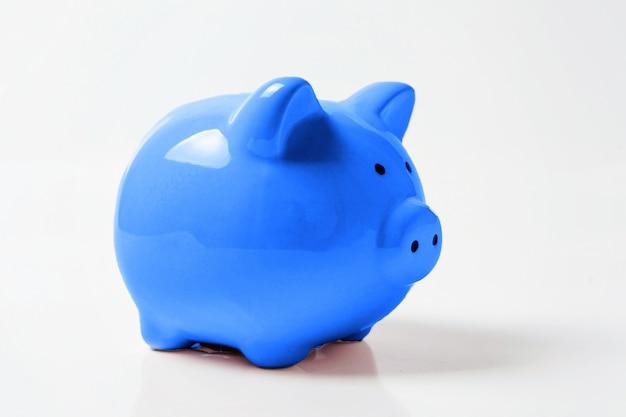 Sparschwein gefärbt in der modischen farbe des klassischen blaus des jahres 2020 lokalisiert. einsparungsinvestitionsfinanzgeldbankverkehr. helles makro unter verwendung der farbe. copyspace.