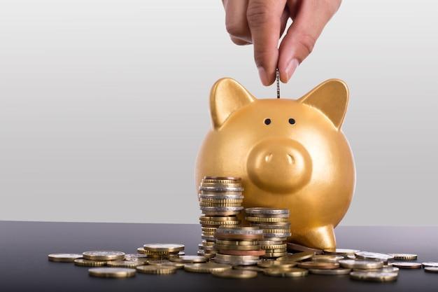 Sparschwein goldfarbe und geldstapel sicher
