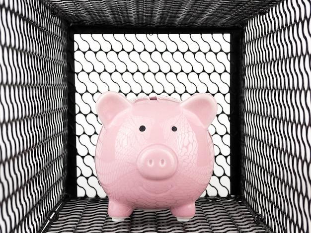 Sparschwein in der mausefalle auf weißem hintergrund