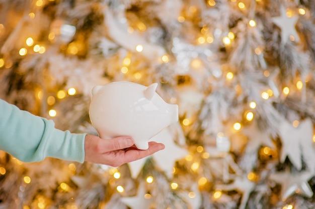 Sparschwein in festlicher weihnachtsatmosphäre
