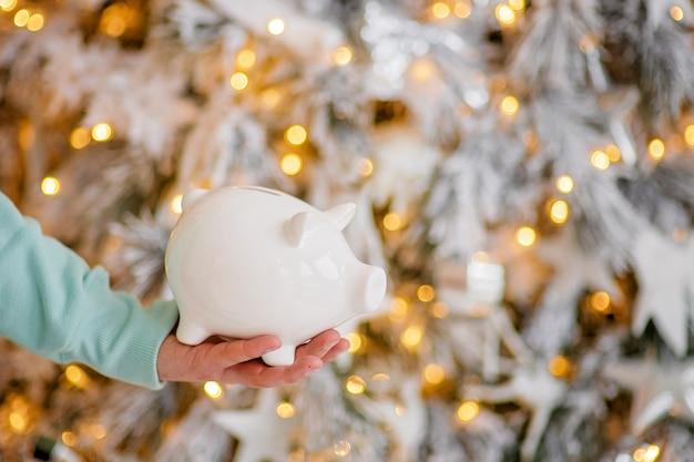 Sparschwein in nahaufnahme der festlichen weihnachtsatmosphäre