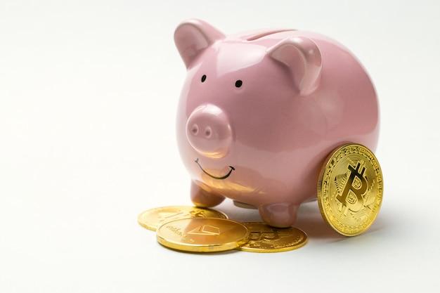 Sparschwein mit bitcoin auf weiß
