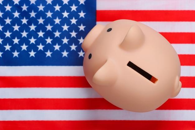 Sparschwein mit der flagge der vereinigten staaten von amerika.