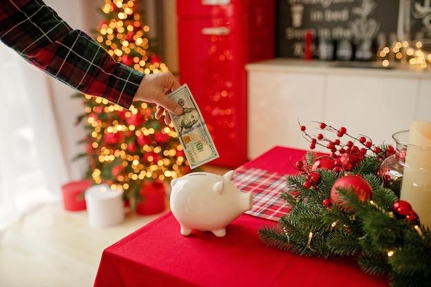 Sparschwein mit dollarbanknote in der festlichen küche
