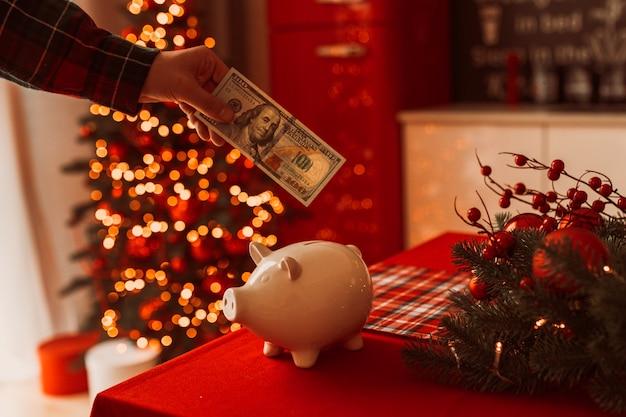 Sparschwein mit dollarbanknote in festlicher neujahrsatmosphäre