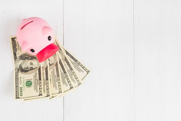 Sparschwein mit geld auf tabelle