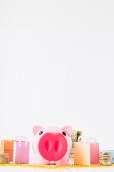 Sparschwein mit geld und einkaufstaschen