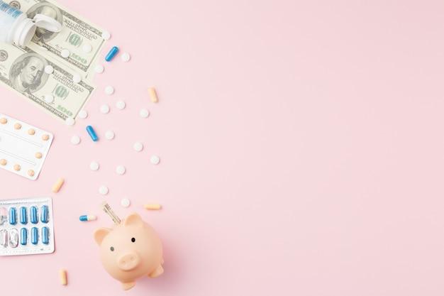 Sparschwein mit geld und pillen auf flachem hintergrund