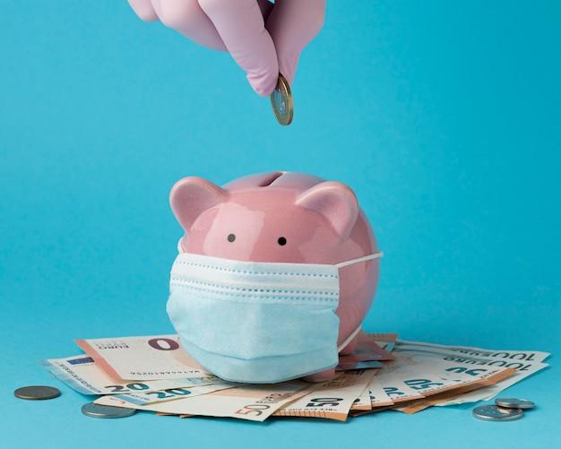 Sparschwein mit gesichtsmaskenmaske