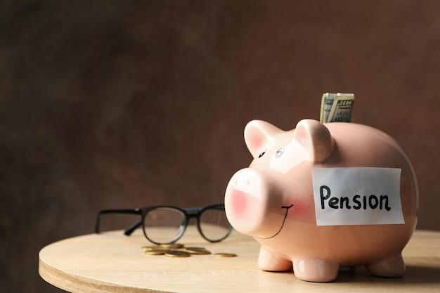 Sparschwein mit inschrift pension gegen braun, platz für text