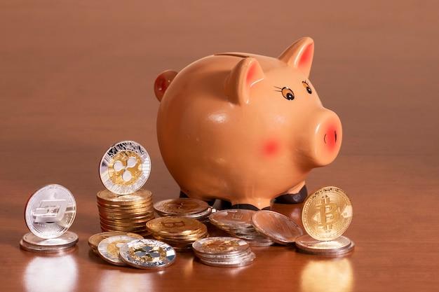 Sparschwein mit mehreren krypto-währungsmünzen