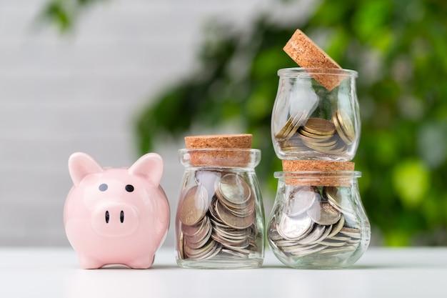 Sparschwein mit münze auf dem tisch