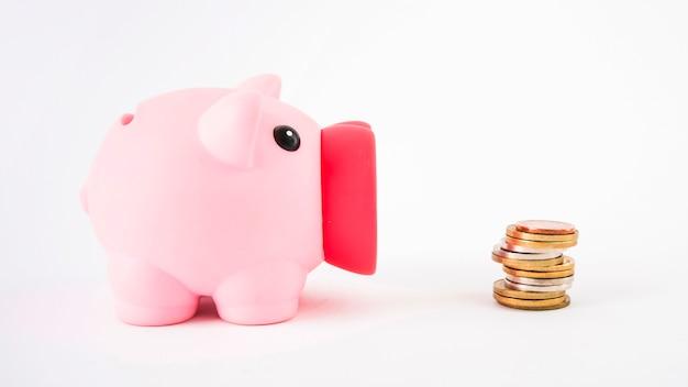 Sparschwein mit münzen auf tabelle