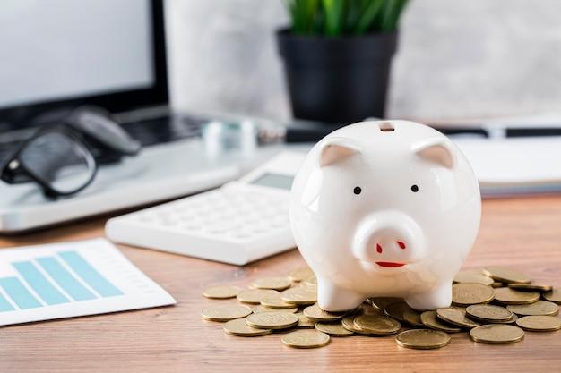 Sparschwein mit münzen und laptop