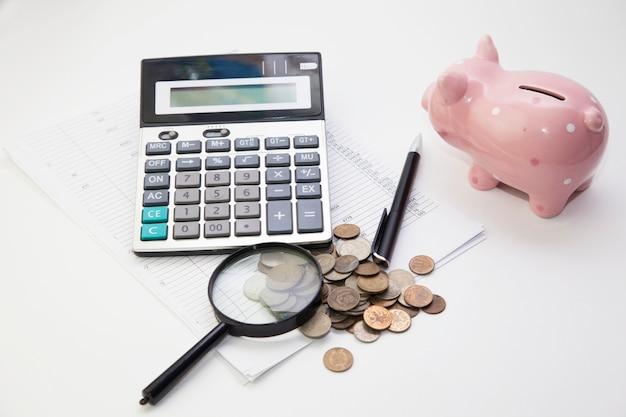 Sparschwein mit münzen und taschenrechner