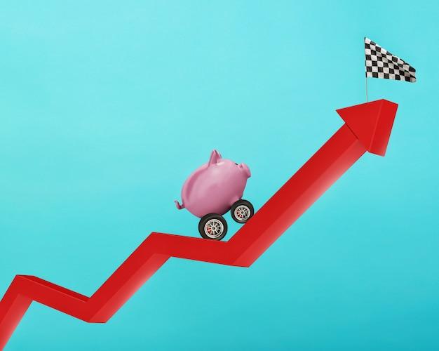 Sparschwein mit rad wie ein auto fährt will die flagge erreichen. konzept der schnellen erhöhung des geldes. cyan hintergrund